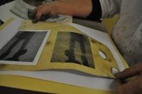Lis Wuisman trykker på eget pergament - lavet af dyrehud. Vildt spændende!
